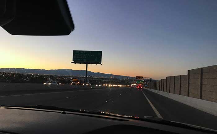 夕焼けの高速道路
